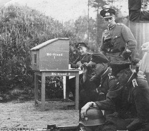 Wehrmachtsangehörige heeresmuna obergebra am mg-stand